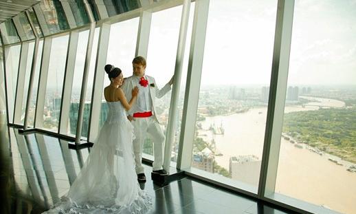 Hình ảnh cặp đôi đang chụp ảnh cưới tại tầng 49 tòa nhà Bitexco