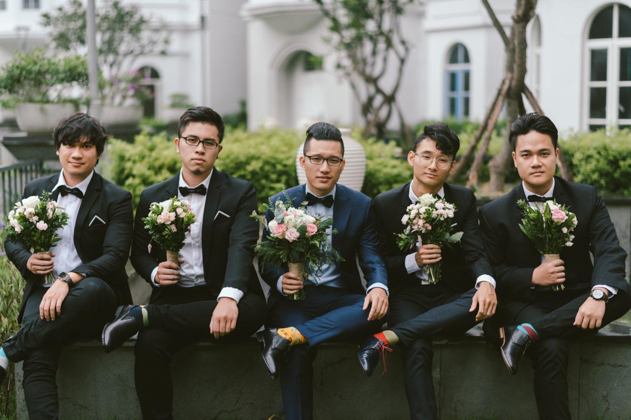 """Em gái Trấn Thành tung ảnh bộ ảnh cưới đẹp lung linh, người ngoài chỉ chú ý hội """"phù dâu, phù rể"""" vì quá...lầy"""