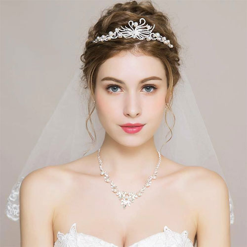 Mẫu tóc cô dâu đội vương miện