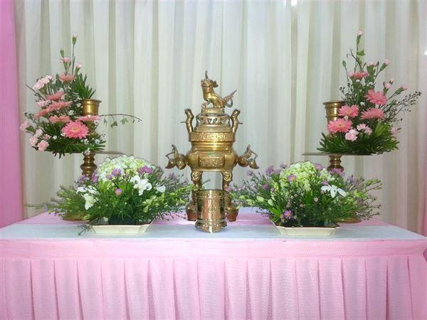 cắm hoa để bàn thờ ngày cưới